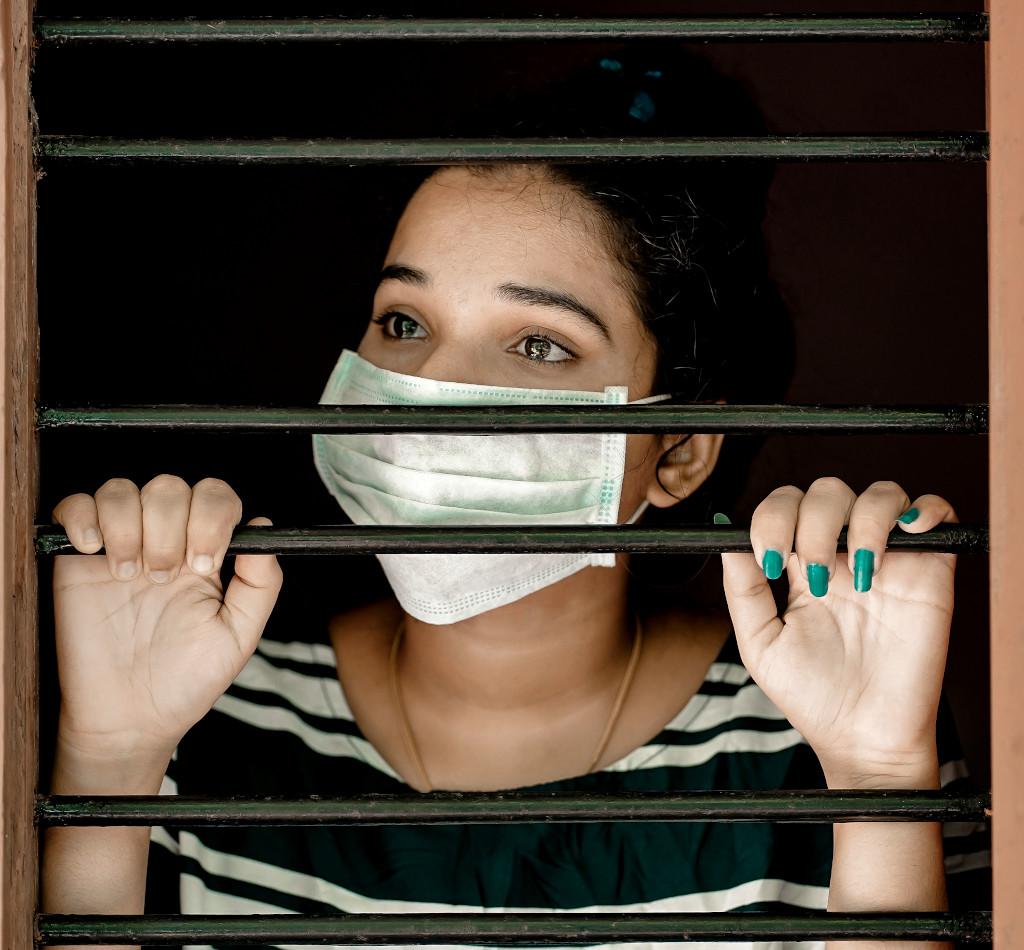 Mujer encerrada en casa durante el confinamiento